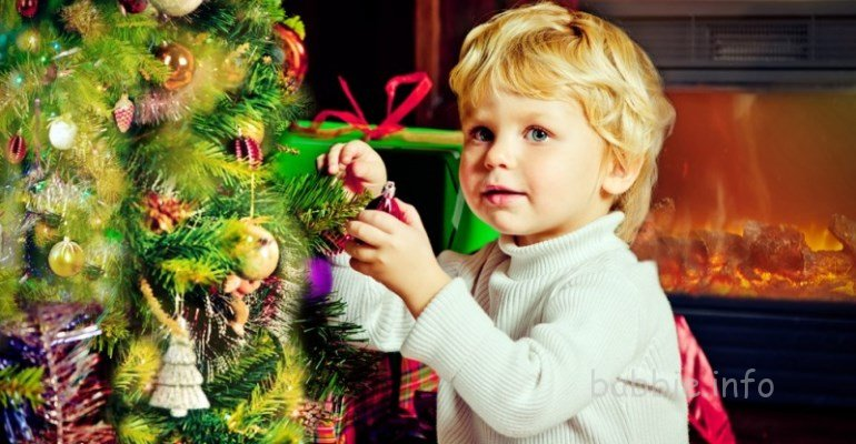 Наряжаем елку с малышом