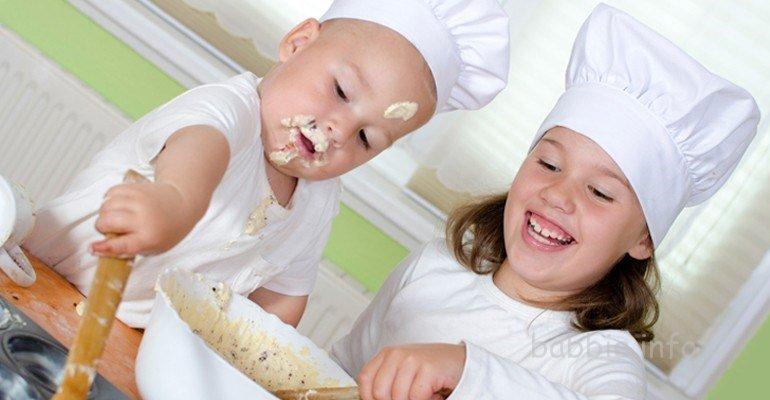 Deti pomogayut mame